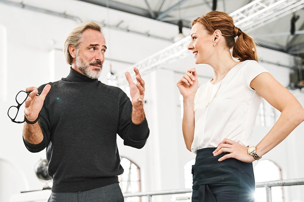 Unterhaltung zwischen einem älteren Mann und einer jüngeren Frau