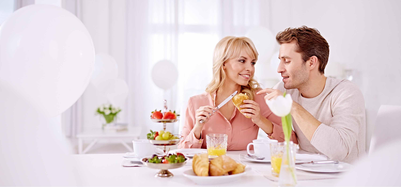 Un jeune couple déjeune.